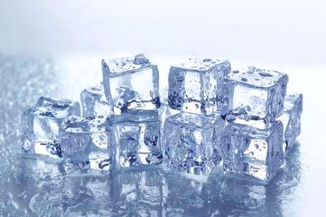 Apesar de ser feito apenas de água o gelo também pode ser muito prejudicial. Pessoas que têm o hábito de mastigar os cubos acabam por comprometer o esmalte dentário