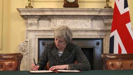 Artigo 50, assinado pela primeira-ministra Theresa May, chega a Bruxelas na quarta e oficializa saída da UE