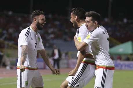 Diego reyes (centro), de la selección de México, festeja con sus compañeros Miguel Layún (izquierda) y Héctor Herrera, luego de anotar un gol ante Trinidad y Tobago en un encuentro de la eliminatoria mundialista, disputado el martes 28 de marzo de 2017