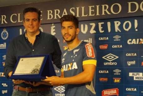 Lucas Silva recebe homenagem após completar 100 jogos pelo Cruzeiro (Divulgação Cruzeiro)