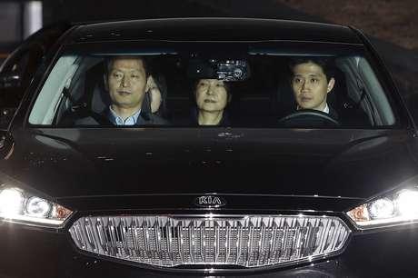 La destituida presidenta de Corea del Sur Park Geun-hye, centro, es llevada a un centro de detención en Seúl, el viernes 31 de marzo del 2017. La expresidenta fue arrestada y encarcelada el viernes por alegatos de corrupción, que ya acabaron con su tumultuoso gobierno de cuatro años y conllevaron a una elección para elegir a su sucesor.