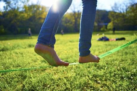 Los médicos recomiendan andar descalzos para mejorar la biomecánica natural de los pies