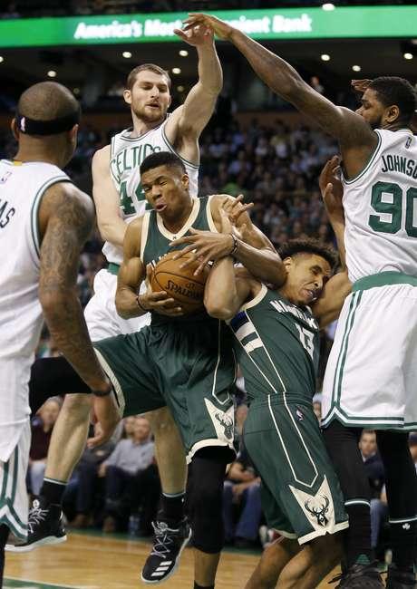 Giannis Antetokounmpo, de los Bucks de Milwaukee, se apodera de un rebote junto a su compañero Malcolm Brogdon, durante un encuentro ante los Celtics de Boston