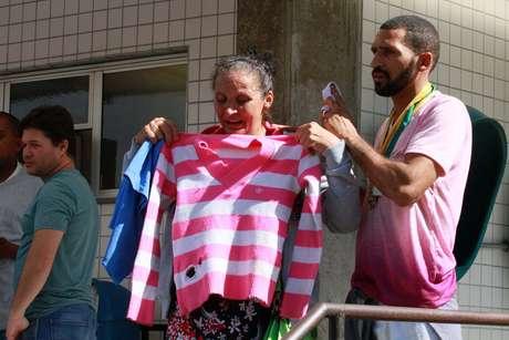 Rosilene Alves Ferreira e Uideson Alves Ferreira, mãe e irmão da menina Maria Eduarda Alves da Conceição, de 13 anos, aguardam liberação do corpo no Instituto Médico-Legal (IML), no Rio de Janeiro (RJ)
