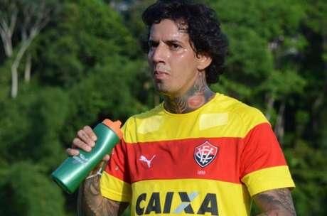 Dirigente do Inter diz 'não querer crer' em retaliação sobre demora de inscrição de Edenílson no BID (Foto: Divulgação / EC Vitória)