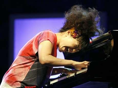 En esta foto del 26 de julio del 2013, la pianista de jazz japonesa Hiromi Uehara toca con el Hiromi Trio Project en el Festival de Jazz Cinco Continentes, en Marsella, Francia. Hiromi Uehara estará en México para una serie de presentaciones en abril del 2017.