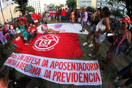 Protesto contra a reforma da Previdência na Praça do Diário, no centro de Recife (PE)