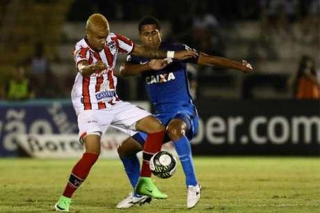 Rafael Bastos e Pablo em disputa de bola de jogo em ritmo sonolento e com poucas chances (Foto: Celio Messias)
