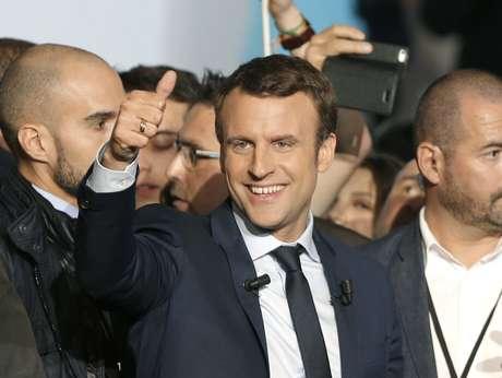 """El candidato presidencial independiente francés Emmanuel Macron gesticula tras su discurso en un acto de campaña en Marsella, en el sur de Francia, el sábado 1 de abril de 2017. Tres semanas antes de las elecciones presidenciales en Francia, Macron ha centrado sus ataques en la candidata a la que considera su principal rival, Marine Le Pen, y su partido, el ultraderechista Frente Nacional, al que acusa de ser el """"partido del odio""""."""