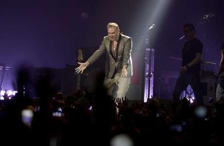 El cantautor británicoMorrissey actúa en concierto en Ciudad de México, 31 de marzo de 2017. Morrissey hizo de su regreso a la capital mexicana un acto anti-Trump, y afirmó que la única ventaja de construir un muro en la frontera entre ambos países es que el mandatario estadounidense estará fuera de México