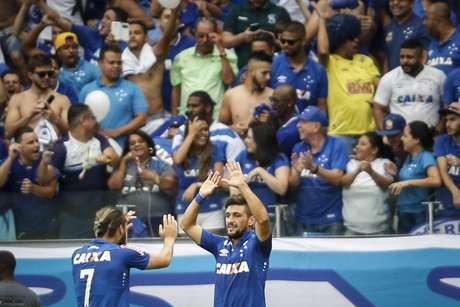 Arrascaeta, jogador do Cruzeiro comemora gol durante partida no Mineirão.