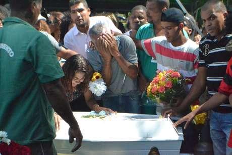 A estudante Maria Eduarda, morta a tiros no interior de uma escola municipal no Rio de Janeiro (RJ), foi enterrada na Baixada Fluminense