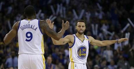 El jugador de los Warrios de Golden State Stephen Curry, a la derecha, celebra una canasta con Andre Iguodala (9) en la segunda mitad de su juego de NBA contra los Rockets de Houston, el viernes 31 de marzo de 2017, en Oakland, California