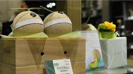 Em 2016, dois melões colhidos na cidade de Yubari, no norte do país, foram vendidos em um leilão por US$ 27 mil (R$ 84,2 mil)