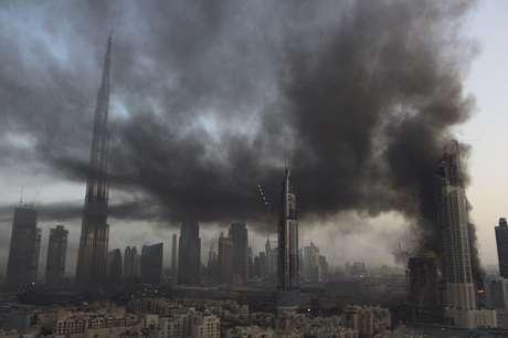 Incendio en construcción cubre de humo el centro de Dubai