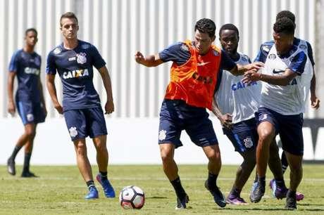 Meio-campista trabalhou com bola nesta segunda-feira, no CT (Foto: Marco Galvão/Fotoarena/Lancepress!)