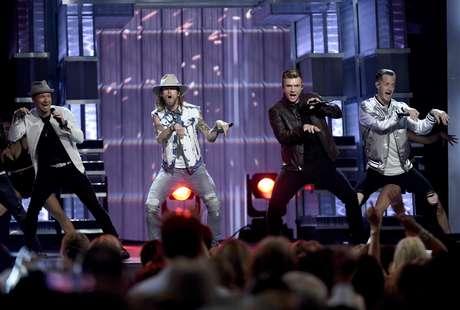 Brian Littrell, a la izquierda, y Nick Carter, segundo de la derecha, de los Backstreet Boys, cantan con Brian Kelley, segundo de la izquierda, y Tyler Hubbard, de Florida Georgia Line, en la ceremonia de los Premios ACM de la música country, el domingo 2 de abril del 2017 en Las Vegas.