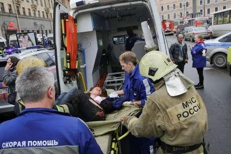 Equipe de socorro presta atendimento a pessoa ferida após explosão em metrô na Rússia