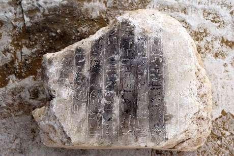 Bloco de alabastro de 15 centímetros de comprimento e 17 de altura no qual estão gravadas dez linhas hieróglifas.