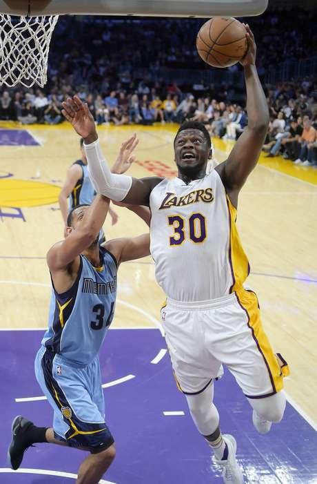 Julius Randle (derechaI) de los Lakers de Los Angeles dispara al aro ante Brandan Wright de los Grizzlies de Memphis, el domingo 2 de abril de 2017