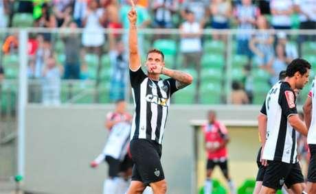 Rafael Moura comemora gol pelo Galo (Foto:A.Press)
