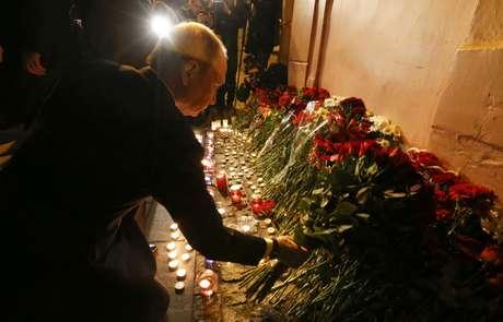 Presidente Vladmir Putin deposita flores do lado de fora de estação do metrô após atentado