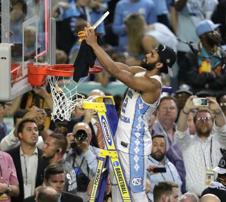 Joel Berri II, de North Carolina, corta la red de la cesta después de vencer a Gonzaga en la final del basquetbol universitario, el lunes 3 de abril de 2017, en Glendale, Arizona