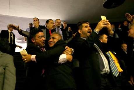 Taxistas comemoram aprovação do projeto de lei que trata da regulamentação de serviços de transporte individual privado por meio de aplicativos, como o Uber