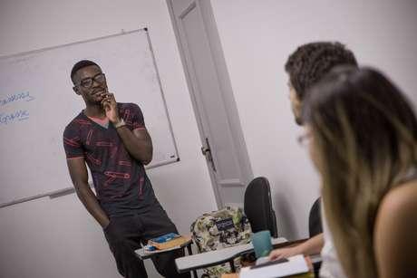 Os alunos do projeto 'Abraço Cultural' têm a chance de aprender mais do que uma língua estrangeira: com professores nativos de países como Síria, Congo e Haiti, o estudante aprende sobre cultura, história, gastronomia e música