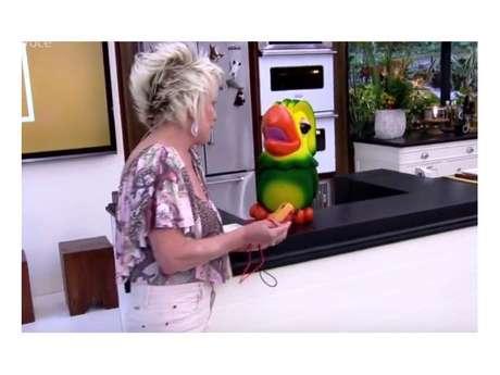 Ana Maria Braga paga mico durante programa!