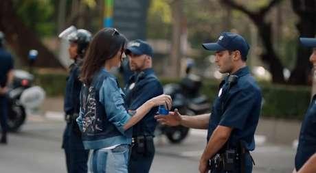 Imagem do comercial no momento em que Kendall Jenner entrega o refrigerante ao policial em meio a um protesto