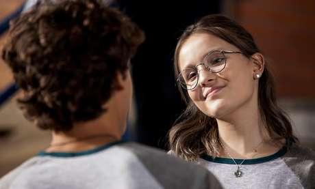 Atriz interpreta uma menina nerd, que gosta de video-games toca e ukulele