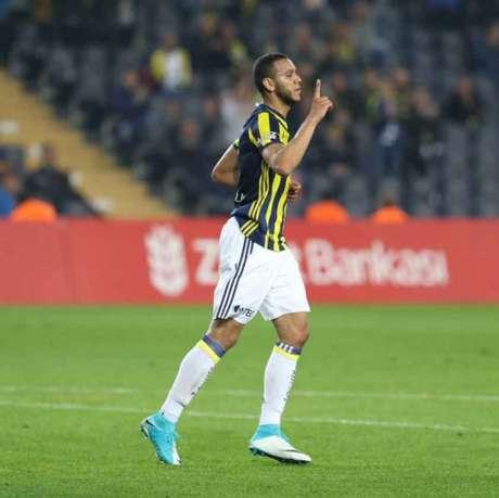 Souza fez o segundo gol do Fenerbahçe (Foto: Reprodução / Twitter)