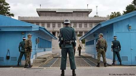Soldados sul-coreanos olham em direção à fronteira com o Norte