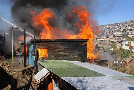 Bomberos combate incendio en cerro Toro de Valparaíso