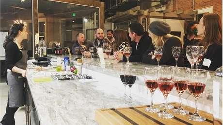 Aula de culinária e degustação de vinhos em atividade da Adulting School; iniciativa nos EUA quer ensinar 'macetes da vida adulta'