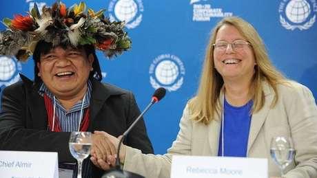 Almir Suruí em encontro em 2012 com Rebeca Moore, então gerente do Google Earth, fechando parceria para monitoramento de reserva