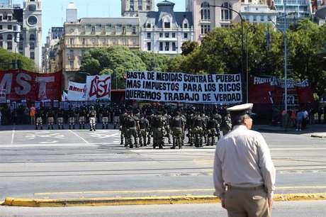 A polícia reprimiu com gás lacrimogêneo um grupo de manifestantes que bloqueou o trânsito em Buenos Aires. O incidente terminou com vários feridos e nove detidos.