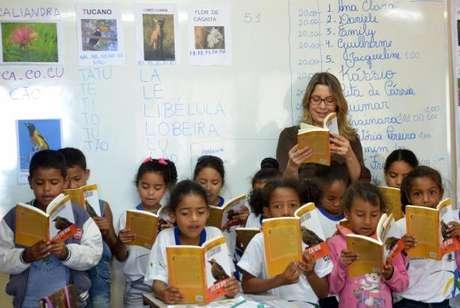 De acordo com a Base Nacional Comum Curricular, até o 2º ano do ensino fundamental, geralmente aos 7 anos, os estudantes deverão ser capazes de ler e escrever -
