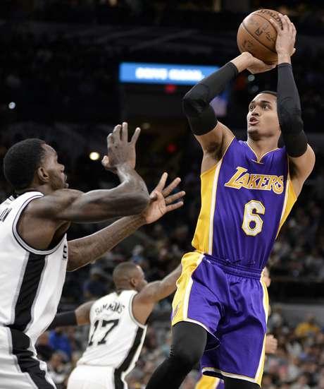 El base Jordan Clarkson (6), de los Lakers de Los Angeles, dispara frente al pivote Dewayne Dedmon, de los Spurs de San Antonio, en el juego del miércoles 5 de abril de 2017, en San Antonio