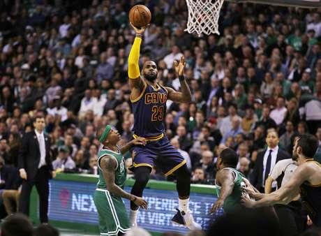 LeBron James, alero de los Cavaliers de Cleveland, dispara frente a Isaiah Thomas, de los Celtics de Boston, en el segundo cuarto del encuentro realizado el miércoles 5 de abril de 2017