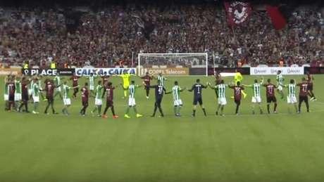 Após cancelamento, jogadores da dupla Atletiba se reuniram no meio-campo de mãos dadas. (Reprodução/Frame)