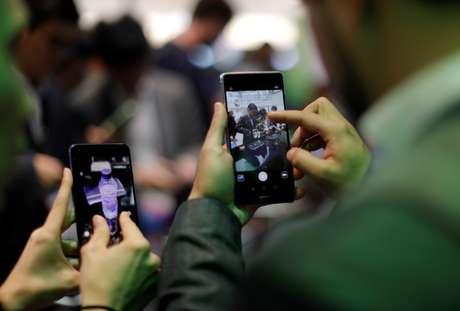 Na foto, visitantes tentam dispositivos de Huawei durante o Mobile World Congress em Barcelona, Espanha, no dia 27 de fevereiro de 2017.