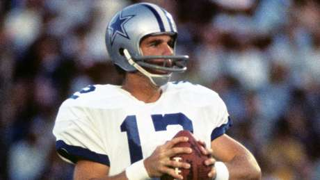 Roger Staubach jugó para los Dallas Cowboys de 1969 a 1979. Seis veces fue seleccionado al Pro Bow, ganó los Super Bowl VI y XII, siendo el MVP del primero y ganó 22 mil 700 yardas vía aérea