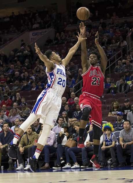 Jimmy Butler, derecha, de los Bulls de Chicago, enfrenta a Timothe Luwawu-Cabarrot, de los 76ers de Filadelfia, en el juego del jueves 6 de abril de 2017 en Filadelfia
