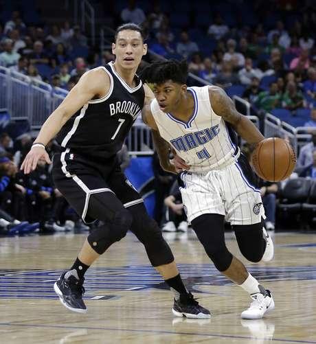 Elfrid Payton (4), del Magic de Orlando, deja atrás a Jeremy Lin (7), de los Nets de Brooklyn, en el partido del jueves 6 de abril de 2017, en Orlando, Florida