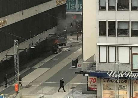 Caminhão se chocou contra loja de departamentos após atropelar várias pessoas em Estocolmo.