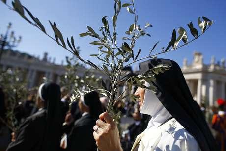 Una monja sujeta una rama de olivo durante la misa del Domingo de Ramos ofrecida por el Papa en El Vaticano