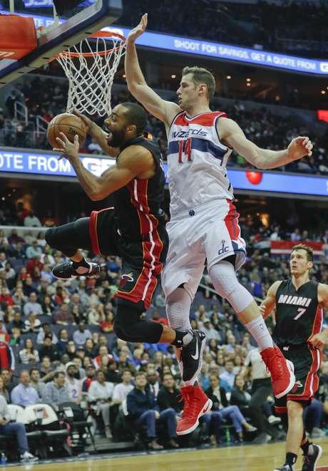 Wayne Ellington (2), del Heat de Miami, pierde el control del balón cuando buscaba la canasta pese a la marca de Jason Smith (14), de los Wizards de Washington, en la primera mitad del partido en Washington, el sábado 8 de abril de 2017