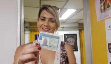 Gyslaine Barbosa, de 28 anos, mostra orgulhosa a conquista da identidade feminina, inclusive nos documentos